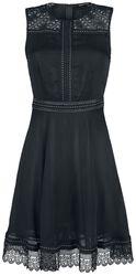 Musta mekko niiteillä ja pitsikoristeilla