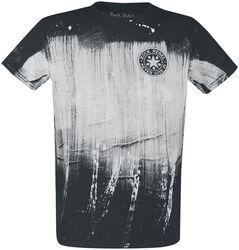 T-paita kangasmerkillä
