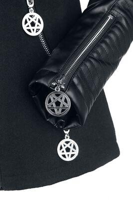 Musta bikertyylinen goottitakki rengasniiteillä