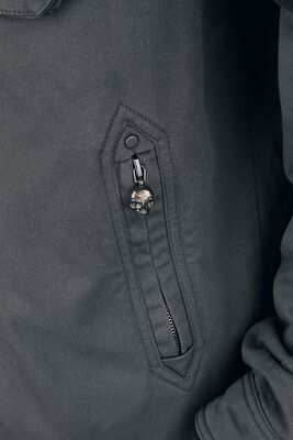 Harmaa takki, jossa pääkallopainatus ja kangasmerkkejä
