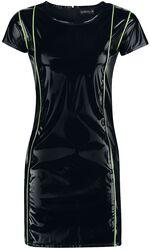 Musta lakkamainen mekko neon-värisillä yksityiskohdilla
